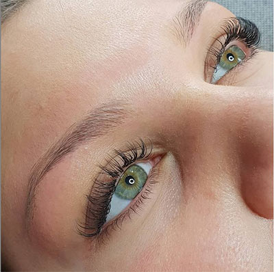 Extension de cils et restructuration de sourcils